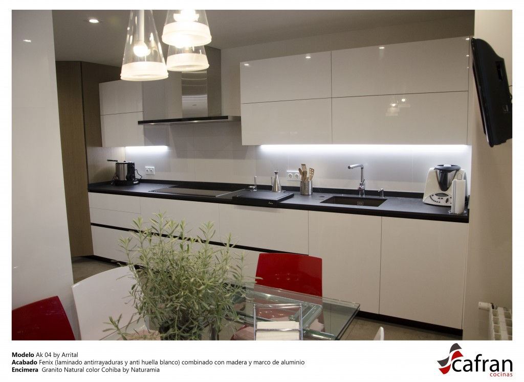 Fenix (laminado antirrayaduras y anti huella blanco) combinado con madera y marco de aluminio