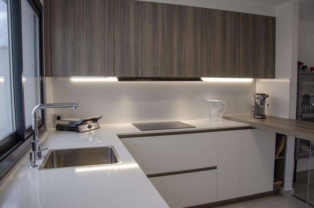 Cómoda y elegante: una cocina abierta y luminosa